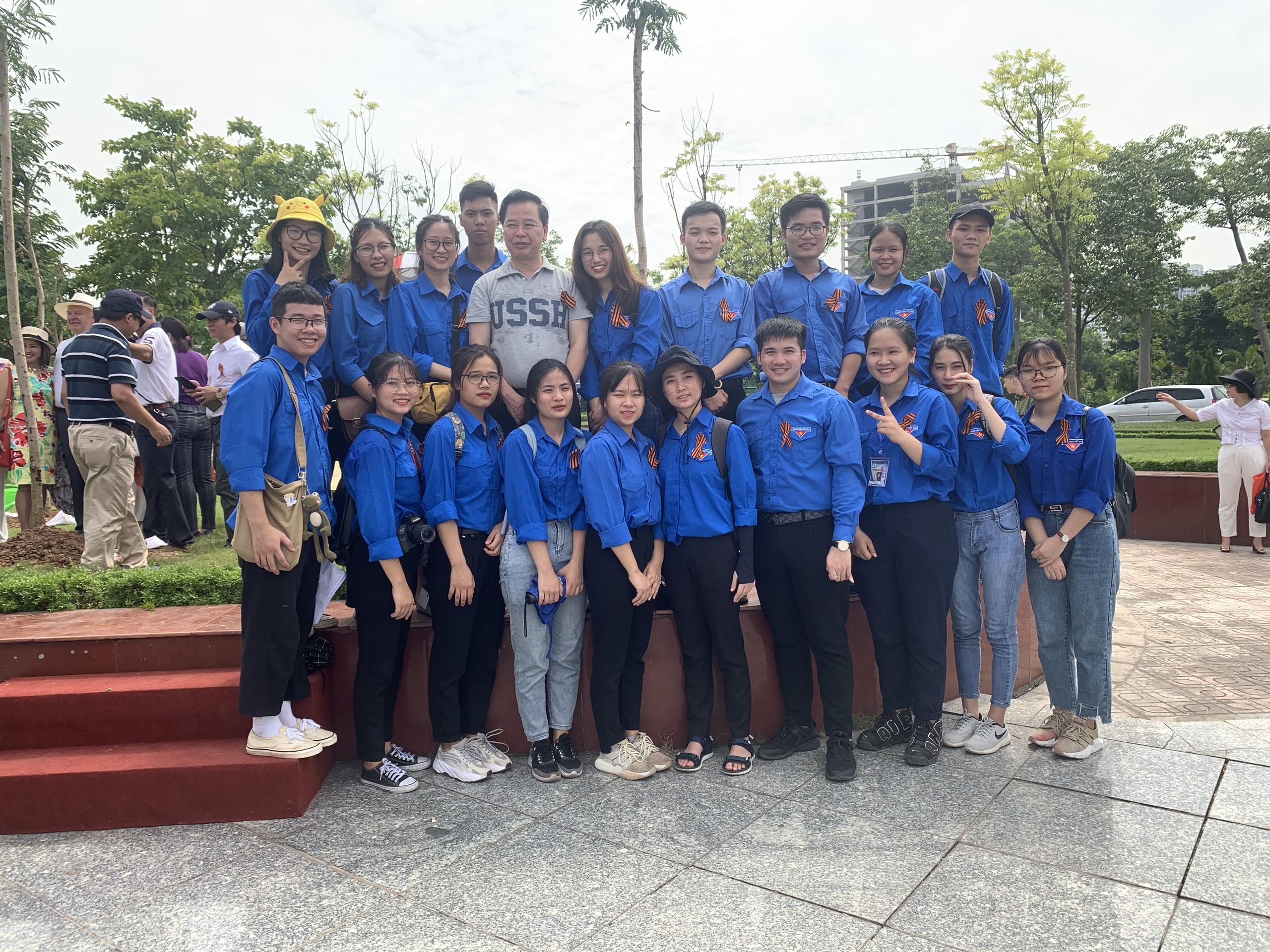 Trường ĐHKHXH&NV tham gia trồng cây tại Khu vườn Hữu nghị